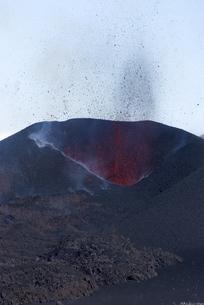 Lava erupting from cinder cone, Eyjafjallajokull volcano, Icelandの写真素材 [FYI03765013]