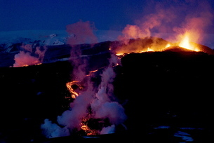 Night view of lava flowing down from Eyjafjallajokull volcano, Icelandの写真素材 [FYI03765015]