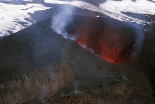 Looking into the cinder cone of erupting Eyjafjallajokull volcano, Icelandの写真素材 [FYI03765016]