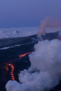 Lava flowing down mountain, Eyjafjallajokull volcano, Icelandの写真素材 [FYI03765020]