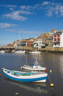 Whitby church and fishing boats in the harbour, Whitby, North Yorkshire, Yorkshireの写真素材 [FYI03765221]