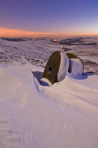 Wheelstones in the snow at sunset on Stanage Edge, Peak District National Park, Derbyshireの写真素材 [FYI03765308]