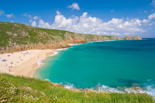 Holidaymakers and tourists sunbathing on Porthcurno beach, Cornwallの写真素材 [FYI03765327]