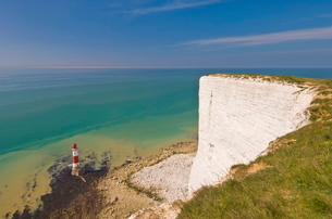 Beachy Head lighthouse, white chalk cliffs and English Channel, East Sussexの写真素材 [FYI03765335]