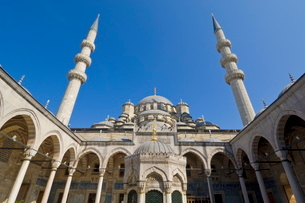 Inside view of the courtyard and Ablutions fountain of the Yeni Cami (New Mosque), Eminonu, Istanbulの写真素材 [FYI03765347]