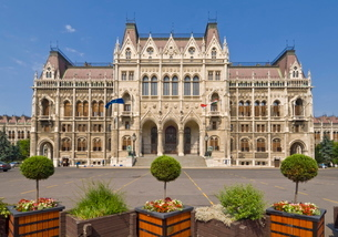 Main entrance to the neo-gothic Hungarian Parliament building, designed by Imre Steindl, dating fromの写真素材 [FYI03765353]
