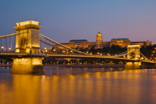 The Chain Bridge (Szechenyi Lanchid), over the River Danube, illuminated at sunset with the Hungariaの写真素材 [FYI03765354]