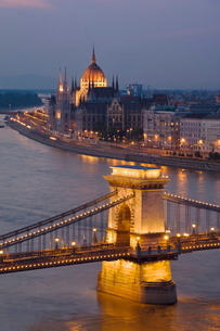 Panorama of city at dusk with the Hungarian Parliament building, and the Chain bridge ( Szechenyi Laの写真素材 [FYI03765355]