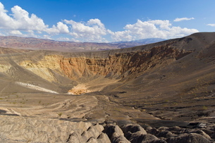 Looking down into Ubehebe crater, a Maar volcano, caused by groundwater contacting hot magma or lavaの写真素材 [FYI03765365]