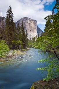 El Capitan, a 3000 feet granite monolith, with the Merced River flowing through Yosemite Valley, Yosの写真素材 [FYI03765397]