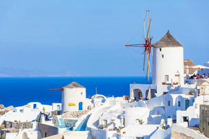 Windmill and traditional houses, Oia, Santorini (Thira), Cyclades Islands, Aegean Sea, Greek Islandsの写真素材 [FYI03765411]