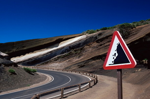 Sign on road with stratified volcanic rocks in the background, Parque Nacional del Teide, Tenerife,の写真素材 [FYI03765495]