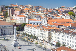 Aerial view of Praca Dom Pedro IV (Rossio Square) and city centre, Lisbonの写真素材 [FYI03765506]