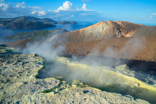 Gran Cratere (The Large Crater), Vulcano Island, Aeolian Islands, north of Sicilyの写真素材 [FYI03765566]