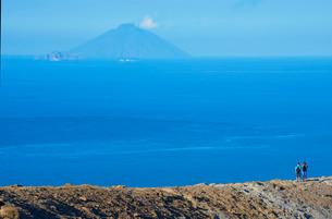 People looking at view of Stromboli island from Gran crater rim, Vulcano Island, Aeolian Islands, Siの写真素材 [FYI03765572]