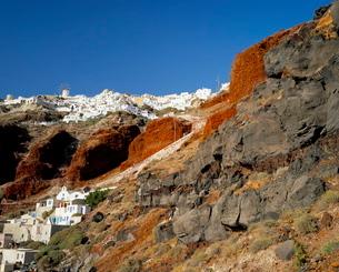 Volcanic rocks and Oia villageの写真素材 [FYI03765684]
