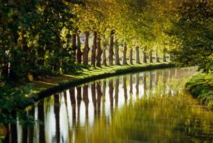 The bank of the Hure, Canal Lateral a la Garonne, Gironde, Aquitaineの写真素材 [FYI03765743]