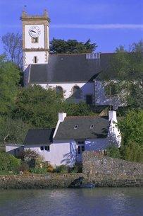Church and cottage, Bourg de Locmiquel, Ile-aux-Moines, Golfe du Morbihan (Gulf of Morbihan), Bretonの写真素材 [FYI03765753]
