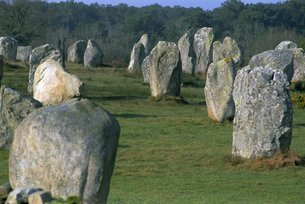 Alignments of Megalithic standing stones, Carnac, Morbihan, Brittanyの写真素材 [FYI03765758]