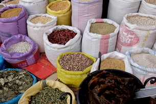 Spices in the souks in the Medina, Marrakeshの写真素材 [FYI03765809]