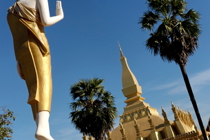 That Luang Stupa, built in 1566 by King Setthathirat, Vientiane, Laos, Indochina, Southeast Asiaの写真素材 [FYI03765823]