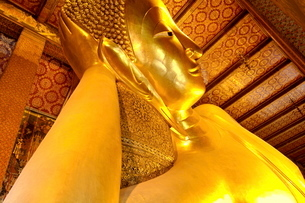 Head of the large reclining Buddha, Wat Phra Chetuphon (Wat Pho) (Wat Po), founded in the 17th centuの写真素材 [FYI03765844]