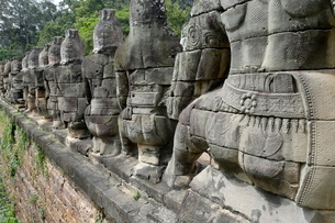Southern causeway of Angkor Thom, flanked by gods holding scaly body of a naga, Angkor, Siem Reap, Cの写真素材 [FYI03765861]