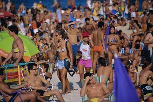 Sunday crowd, Ipanema Beach, Rio de Janeiro, Brazilの写真素材 [FYI03766124]
