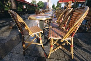 Pavement cafe chairs and tables, Parisの写真素材 [FYI03766169]