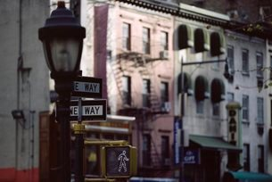 Lamp and street signs, New York, USA'の写真素材 [FYI03766186]