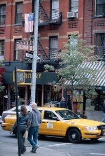 Yellow taxi in street, Soho, New York, USA'の写真素材 [FYI03766189]