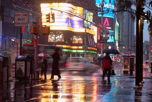 Times Square in the rain, New York City, New York, USA'の写真素材 [FYI03766190]