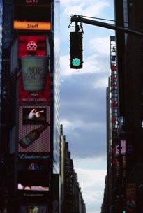 Traffic lights and advertising, 7th Avenue, New York City, New York, USA'の写真素材 [FYI03766191]