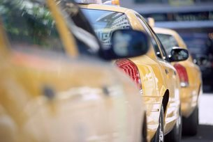 Line of yellow taxi cabs, New York City, New York, USA'の写真素材 [FYI03766196]