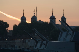 The guns of HMS Belfast and the Tower of London beyondの写真素材 [FYI03766333]