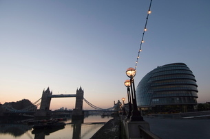 City Hall (London Assembly Building), Tower Bridge and the River Thames from the South Bankの写真素材 [FYI03766346]