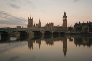 Westminster Bridge, Big Ben and the Houses of Parliament reflected in the calm water of the River Thの写真素材 [FYI03766352]
