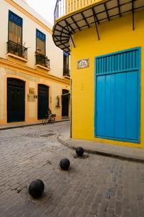 Yellow wall, Blue shutters, Havana, Cubaの写真素材 [FYI03766474]