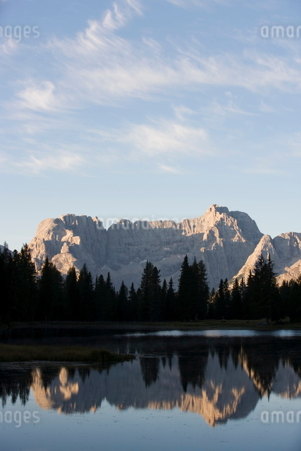 Lake near Cortina, Dolomitesの写真素材 [FYI03766584]