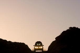 Land Rover on horizon, Western Australiaの写真素材 [FYI03766621]