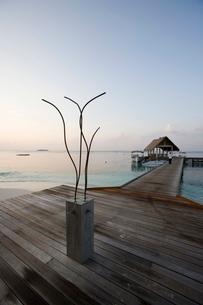 Shower on the jetty, Four Seasons, Maldivesn Oceanの写真素材 [FYI03766649]