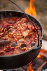 Stew cooking on an open fire, Scotlandの写真素材 [FYI03766911]