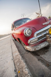 Red car on the Malacon, Havana, Cuba, Caribbeanの写真素材 [FYI03766943]