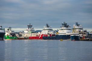 Oil industry vessels in dock, Bergen, Norway, Scandinaviaの写真素材 [FYI03766981]