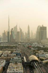 Dubai Skyline and Metro, Dubai, United Arab Emirates, Middle Eastの写真素材 [FYI03767054]