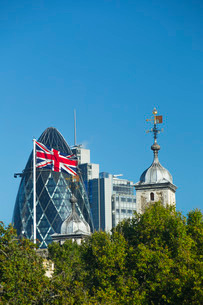The Gherkin Building and Tower of Londonの写真素材 [FYI03767080]