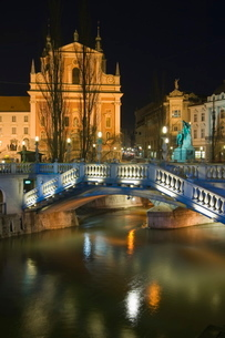 Tromstovje Triple bridge over the River Ljubljanica, Franciscan Church and Preseeren Square at nightの写真素材 [FYI03767255]