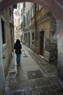 Girl walking through old street, Piran, Slovenia, Eastern Europeの写真素材 [FYI03767256]