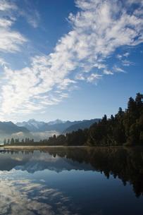 Lake Matheson reflecting a near perfect image of Mount Tasman and Aoraki (Mount Cook), 3754m, Austraの写真素材 [FYI03767309]