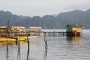Unusual shaped coastal hills of Coron Island, and stilt houses, Coron Town, Busuanga Island, Palawanの写真素材 [FYI03767324]